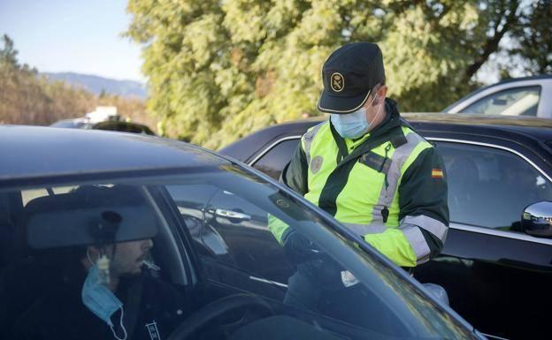 NUEVA MULTA | Quitarte la mascarilla en el coche puede salir caro