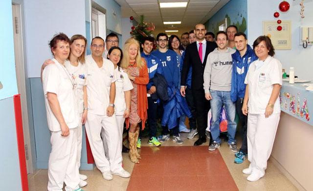 El Soliss FS Talavera repartió ilusión a los niños del Hospital
