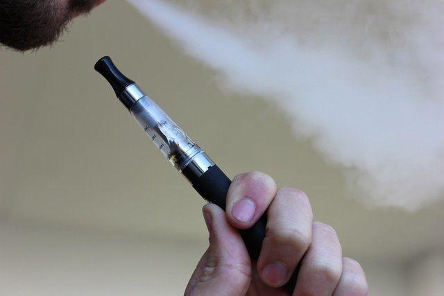 PANDEMIA | Fumar cigarrillos electrónicos eleva el riesgo de contraer Covid