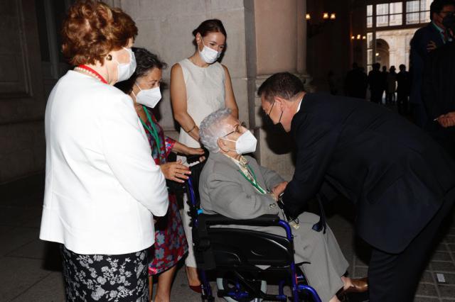 El emotivo saludo de Page a Araceli, la primera vacunada en España, en el homenaje a las víctimas del Covid