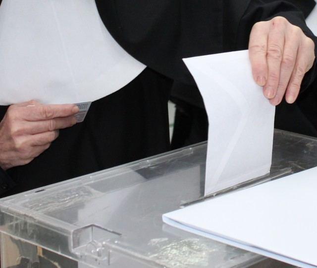 El Gobierno destaca la 'absoluta normalidad' en la apertura de los colegios electorales en toda España