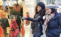 Artesanía y tradición de la región se dan la mano para iluminar los escaparates de la Oficina de CLM en la Gran Vía de Madrid