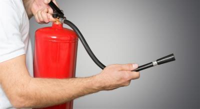 Intoxicadas cuatro personas por el polvo de los extintores al intentar apagar un fuego en El Casar