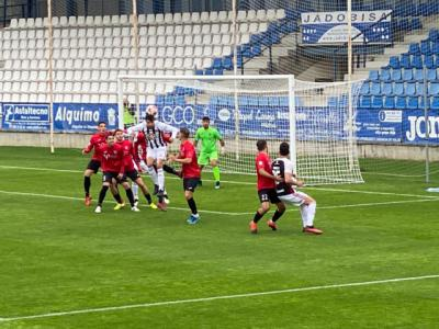 Una jugada del partido de ayer domingo entre Talavera y Badajoz en El Prado