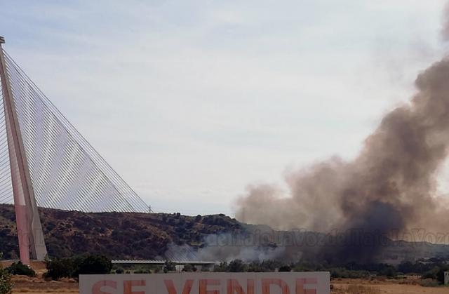 VIDEO | Así se está luchando contra el fuego en el puente atirantado de Talavera