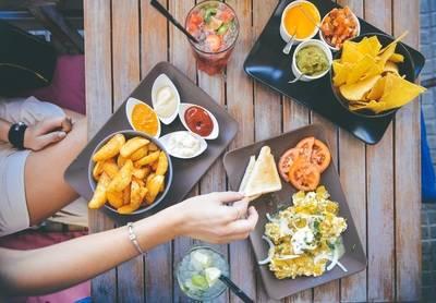 El 54% de los castellano-manchegos cambia su alimentación en verano y el 26% engorda más de 5 kilos