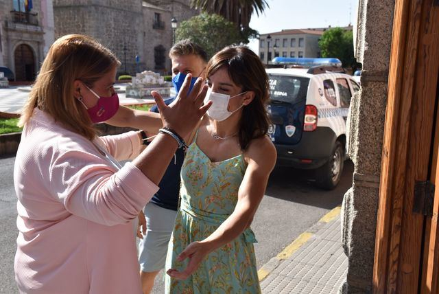 Tita García recibe a la campeona olímpica Sandra Sánchez
