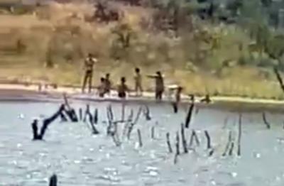 VIDEO | Se arriesgan a una multa de hasta 3.000€ por bañarse en La Portiña