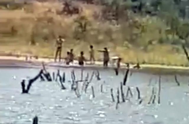 VIDEO   Se arriesgan a una multa de hasta 3.000€ por bañarse en La Portiña