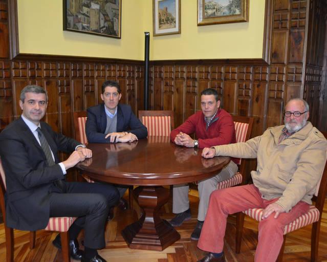 Imagen de archivo de los munícipes de Barcience en Diputación con el presidente Álvaro Gutiérrez.