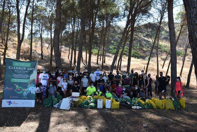 Unos 50 voluntarios recogen más de 100 bolsas de basura