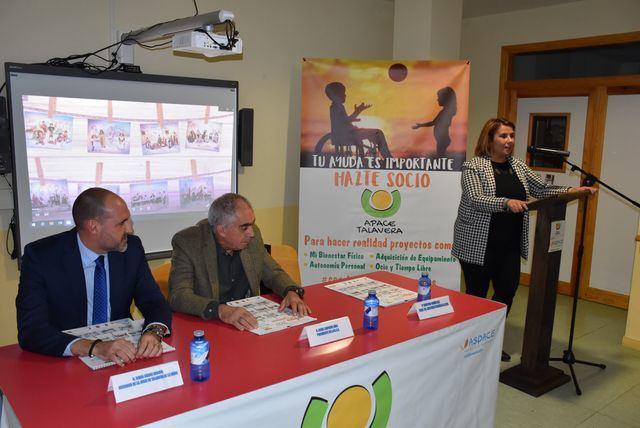 APACE Talavera presentó su calendario solidario