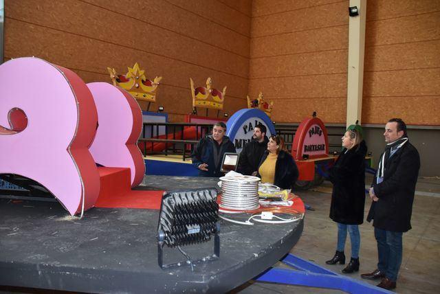 La alcaldesa de Talavera visita las carrozas de los Reyes Magos