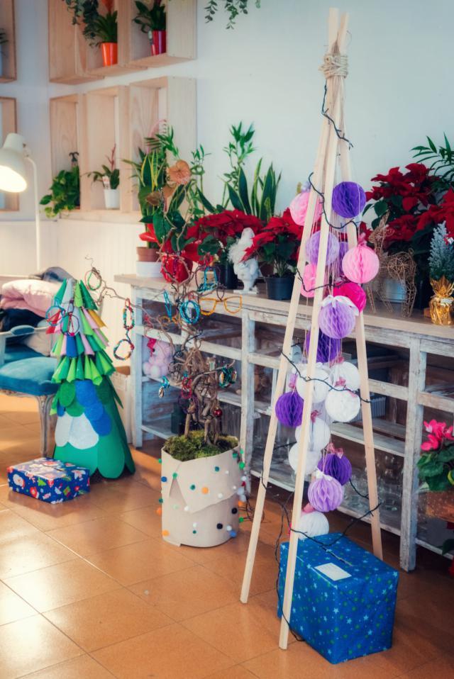 Niños y niñas de Talavera decoran árboles con temática navideña