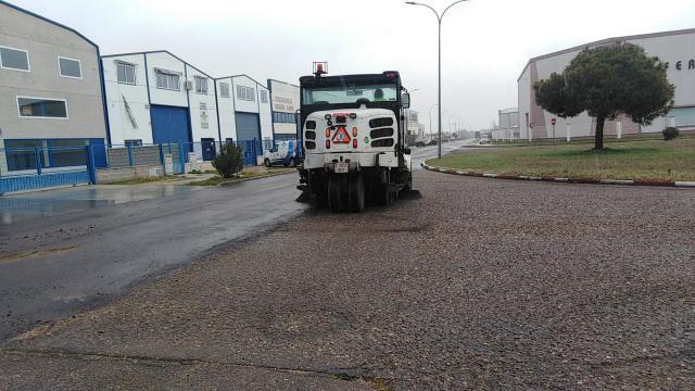 TALAVERA | El Ayuntamiento retira vegetación y 20 toneladas de arena de Torrehierro