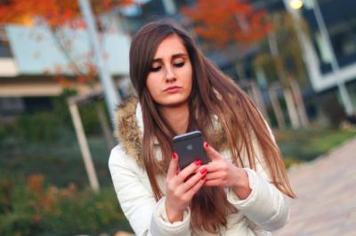 Adolescente con un teléfono móvil | Foto: Pixabay