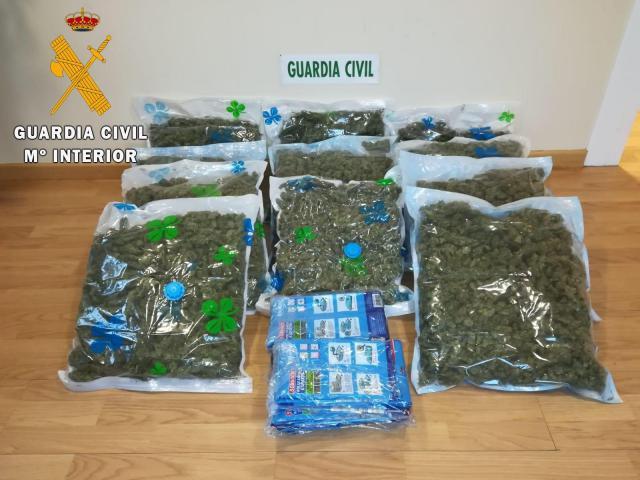 Dos detenidos en la autovía A-5 en Santa Olalla cuando traspasaban marihuana a otro vehículo