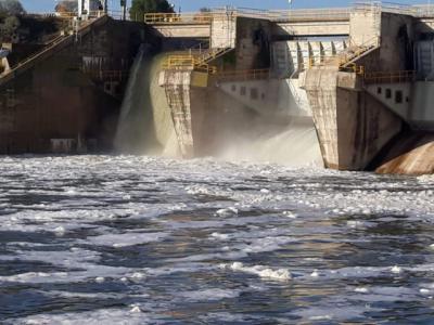 Denuncian la aparición de 'gran cantidad de espumas' en el Tajo a su paso por la presa de Castrejón