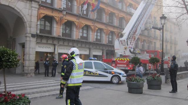 Desalojan un edificio de la Plaza de Zocodover de Toledo tras el incendio de la freidora de un restaurante