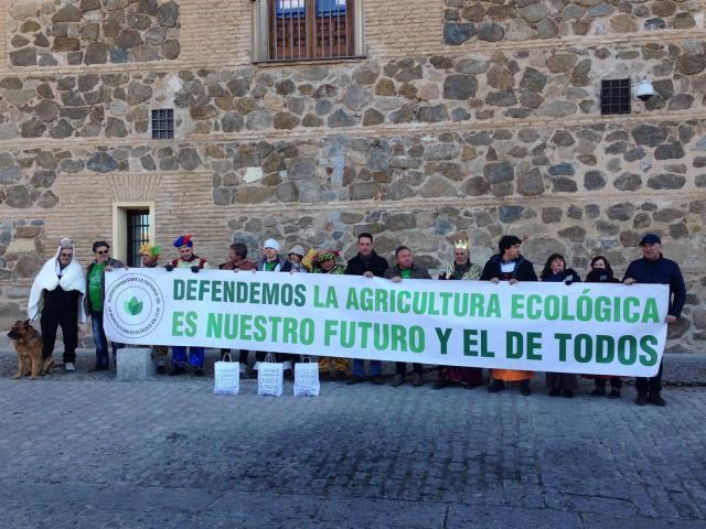 Agricultores ecológicos de CLM entregan carbón a la Junta