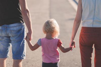 El Gobierno amplía el permiso por paternidad a 8 semanas en 2019 y progresivamente a 16 en 2021
