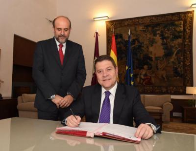 Page firma el decreto de convocatoria de las elecciones autonómicas