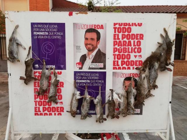 Cuelgan conejos muertos en los carteles electorales de IU en un pueblo de Toledo