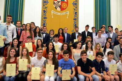 El rector de la UCLM recibe a los estudiantes destacados en el curso
