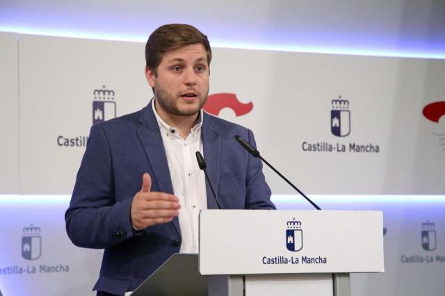 La Junta afea a Vox sus críticas a la colocación de la bandera LGTBI en Toledo