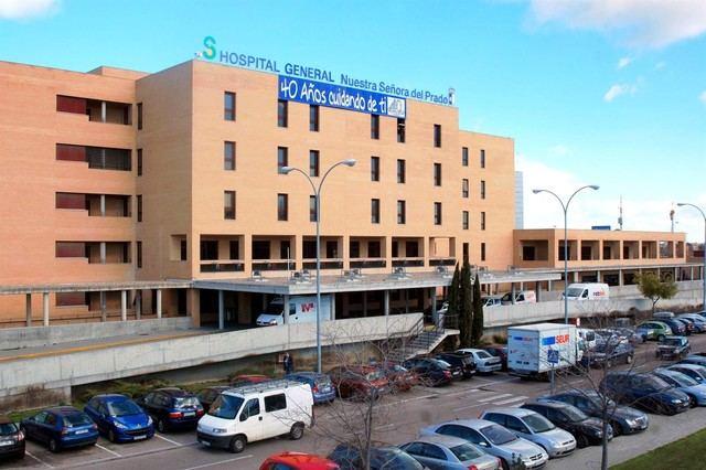 Trasladan al Hospital de Talavera a un hombre rescatado inconsciente de la piscina de la Alameda