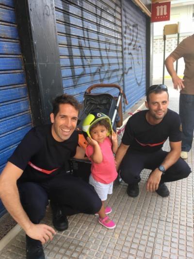 Bomberos de Valencia rescatan a una niña de Toledo de dos años atrapada en los barrotes de una mesa