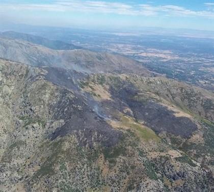 El incendio de El Raso, en Candeleda, sigue activo
