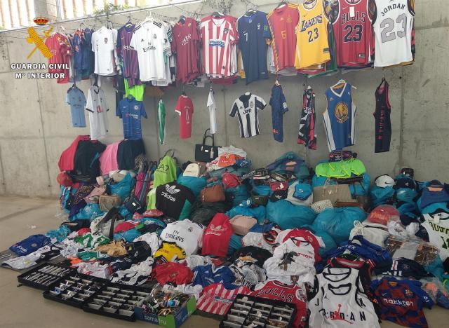 Detenidos por intentar vender en un mercadillo 2.270 prendas falsificadas