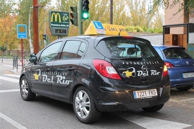 Los vehículos de autoescuela podrán incorporar ayudas a la conducción en los exámenes de Tráfico