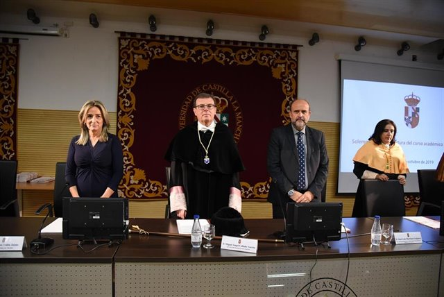 El rector de la UCLM, Miguel Ángel Collado, en la apertura del curso académico junto al vicepresidente de la Junta, José Luis Martínez Guijarro, y la alcaldesa de Toledo, Milagros Tolón | JCCM