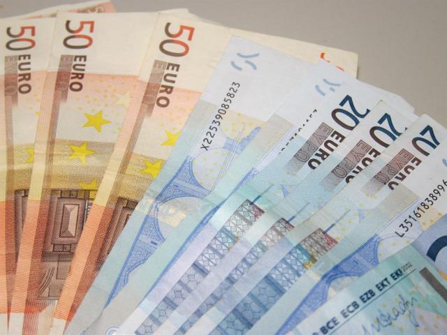 Una mujer entrega en la Comisaría de Policía Nacional 465 euros que se encontró en la calle
