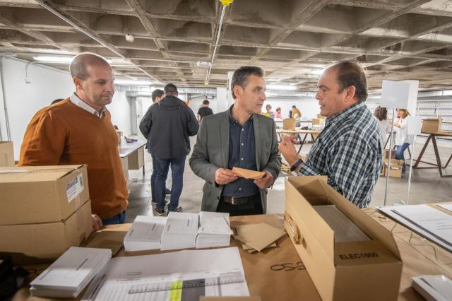 192 funcionarios trabajan preparando y distribuyendo el material electoral