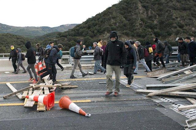 Manifestantes independentistas cortando la AP-7