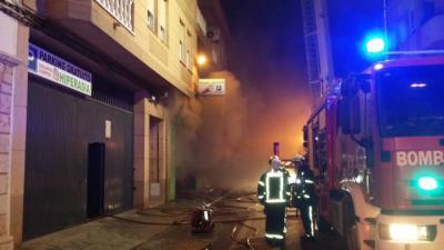 Diez afectados por inhalación de humo, cinco de ellos menores, tras incendio en un edificio