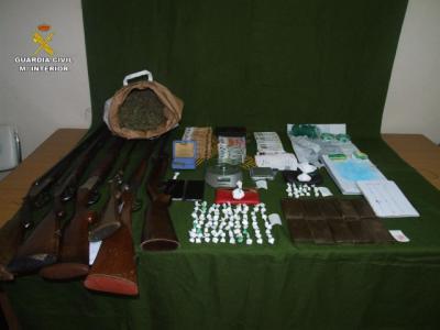 Detienen a hombre por tráfico de droga en Casas de Haro e intervienen 2 kilos de sustancias y 6 armas de fuego