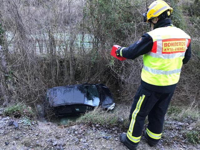 Trasladada al hospital una persona tras salirse un coche de carretera y caer al río