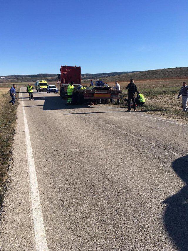 Camión en el que ha quedado atrapado un hombre mientras cambiaba una rueda - EUROPA PRESS