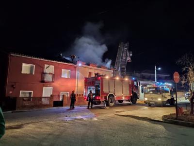 Desalojada una vivienda tras el incendio originado por una estufa de leña