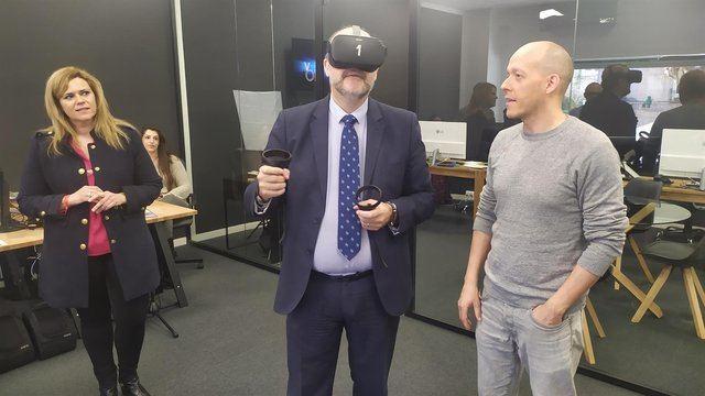 El vicepresidente de C-LM, José Luis Martínez Guijarro, usando unas gafas de realidad virtual - EUROPA PRESS