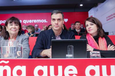 (I-D) La vicepresidenta primera del Senado, Cristina Narbona, el Presidente del Gobierno, Pedro Sánchez, y la portavoz socialista en el Congreso, Adriana Lastra, durante el Comité Federal del PSOE.