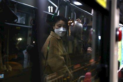 Una mujer con una mascarilla en Corea del Sur - GETTY