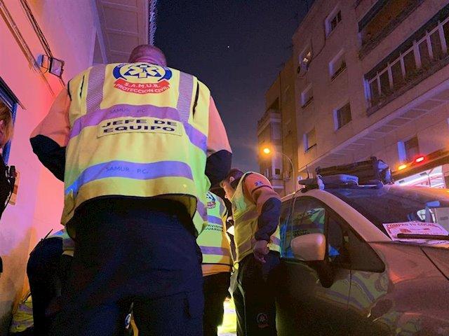 Imagen de sanitarios del Samur-Protección Civil atienden a una mujer herida tras ser disparada en la cabeza por un hombre en el distrito de Ciudad Lineal. - EMERGENCIAS MADRID
