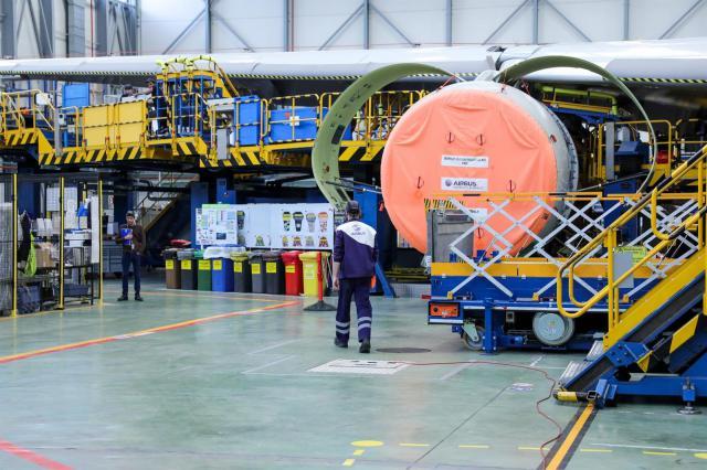 Dos operarios de la Compañía Airbus durante labores de mantenimiento a un avión de la compañçía en la planta de Airbus en Getafe, en Madrid a 27 de noviembre de 2019. - Jesús Hellín - Europa Press - Archivo