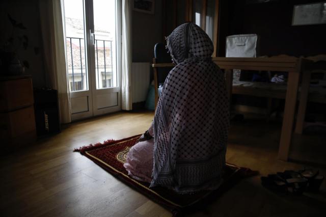 Una chica musulmana realiza uno de los rezos diarios que debe hacer durante el Ramadán mientras permanece confinada en su casa. - Álex Cámara - Europa Press