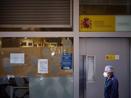 Un hombre pasa frente a una oficina de empleo -ARCHIVO - EDUARDO SANZ - EUROPA PRESS
